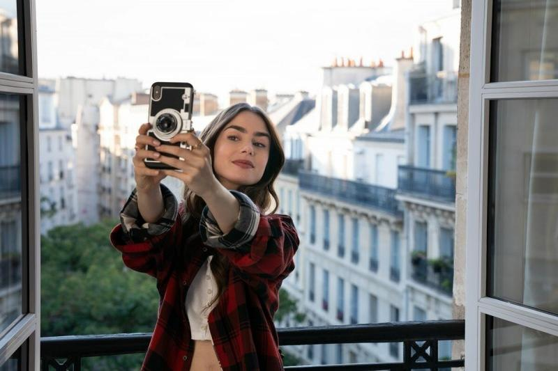 """Что посмотреть? Сериал """"Эмили в Париже"""""""